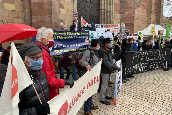 Les militants de plusieurs associations se sont réunis contre le projet Amazon