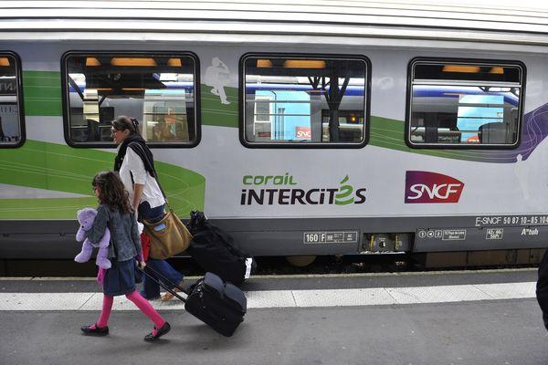 La locomotive du train n°5959 reliant Paris à Clermont-Ferrand a du être remplacée suite à une panne survenue quelques minutes après son départ. Le train a accusé 2h30 de retard à l'arrivée.