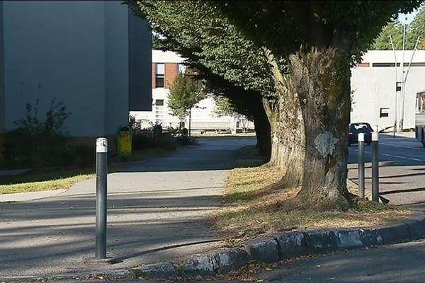 Selon le Procureur, le scooter a pris la fuite alors que les policiers faisaient demi-tour sur la chaussée pour l'interpeller.
