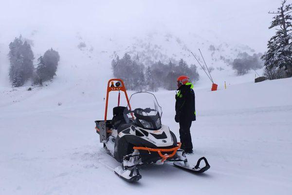 Le chef des pistes coordonne le PIDA (plan d'intervention de déclenchements des avalanches) depuis le bas de la station. 16 charges explosives ont été posées ce mercredi 30 décembre pour sécuriser le site. Un mètre de neige recouvre le pied des pistes du Mont-Dore depuis mardi matin;