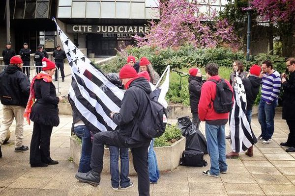 Des Bonnets rouges devant la cité judiciaire dimanche 20 avril lors de la présentation des 11 interpellés au parquet de rennes