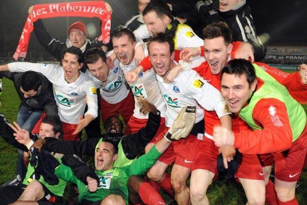 Les joueurs de Plabennec (CFA 2) fêtent leur victoire contre Reims (Ligue 1), en 32èmes de finale de la Coupe de France.