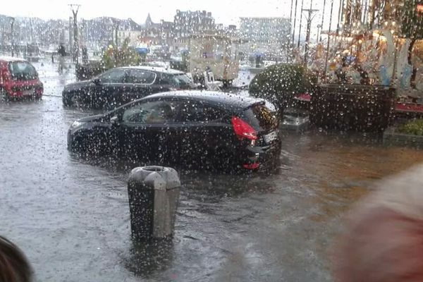 Une voiture bloquée par les eaux sur les quais de Dieppe samedi 19/07 vers 19 heures 45.