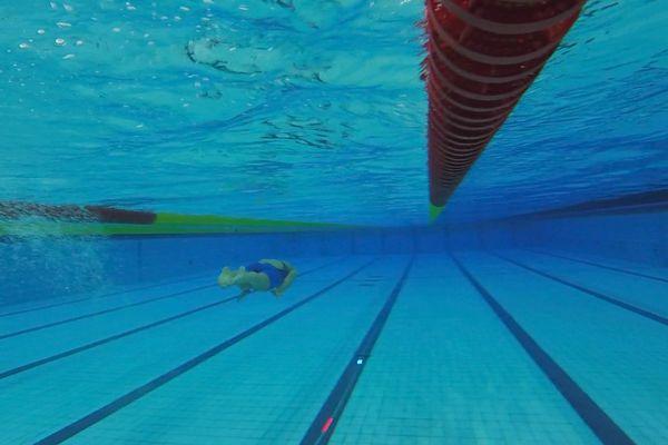Placé au centre de la ligne d'eau, le chemin lumineux (en rouge) indique au nageur la vitesse à laquelle il doit évoluer.