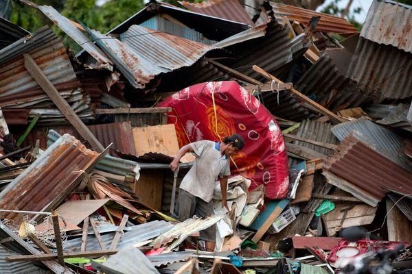 Les images venues de la ville de Palu (350.000 habitants) sur la côte ouest des Célèbes montraient des corps allongés près de la côte, certains recouverts de couvertures bleues. Des carcasses de véhicules et des bâtiments réduits à des tas de débris  témoignent de la violence des secousses et de la vague qui s'est abattue sur la côte.