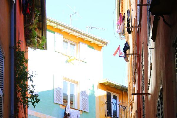 Grâce à ses ruelles ombragées et à ses immeubles anciens, le Vieux Nice est un véritable rempart contre le chaleur