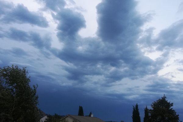 Ardèche : l'épisode pluvio-orageux annoncé par Météo France a été intense dans le sud et l'est du département, casino et magasin inondés, 150 brebis ont péri...les pompiers ont fait plusieurs interventions.