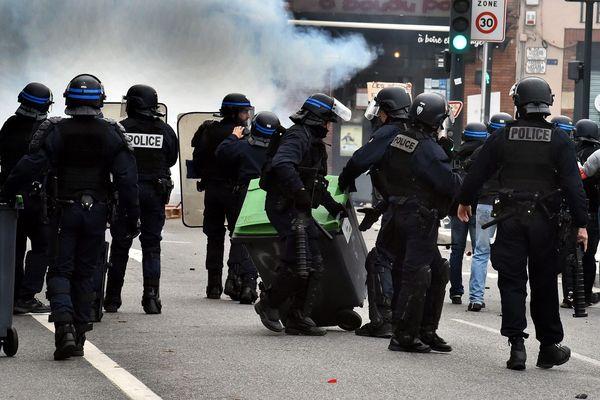 Des policiers près du Pont Neuf à Toulouse le 4 décembre