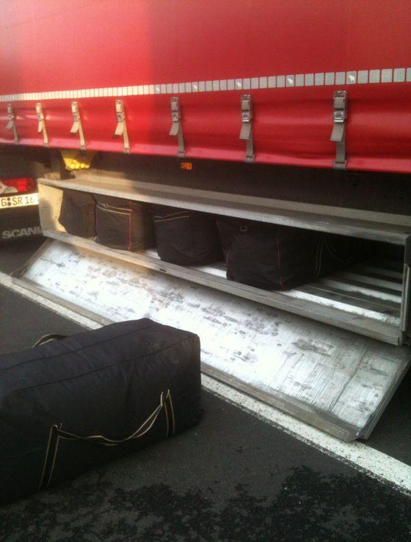 De l'herbe dissimulée dans des sacs de sport à bord d'un camion allemand