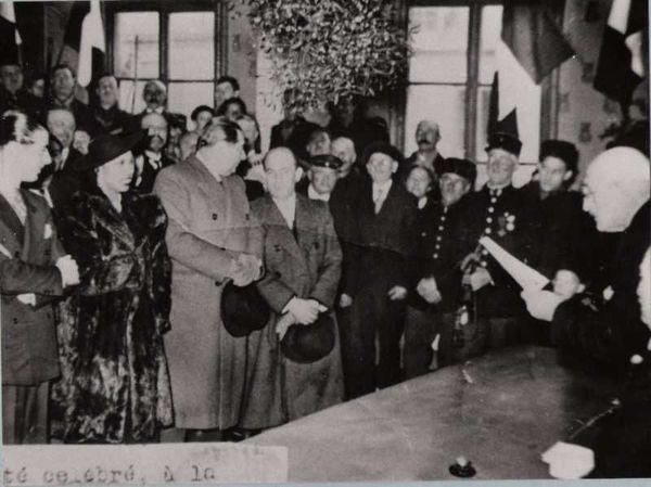 Tout le village fut invité à la cérémonie qui a eu lieu à la mairie de Crèvecoeur-le-Grand située alors au 1er étage des halles, détruites en 1940.