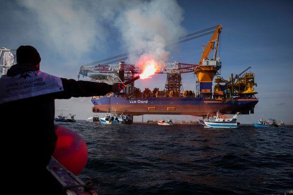 """Bras de fer en baie de Saint-Brieuc. Le 7 mais 2021, des pêcheurs encerclent la plate-forme de forage du navire """"Aeolus"""" pour protester contre le projet de construction de 62 éoliennes au large de la baie."""
