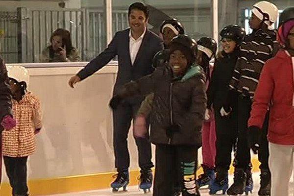 A l'occasion de l'inauguration de la patinoire Albert 1er à Reims, le député-maire Arnaud Robinet a chaussé les patins.