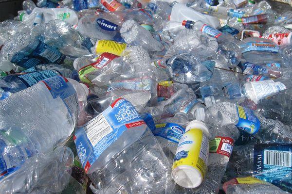 Recyclage des bouteilles d'eau en plastique.