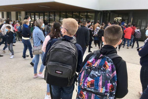 Les grilles s'ouvrent aux collégiens qui entrent en 6ème au tout nouveau collège de Bréal-sous-Montfort