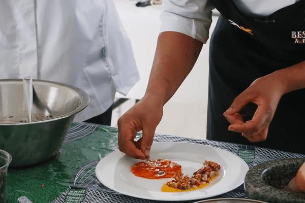 Les sept candidats doivent cuisiner des recettes de leur pays d'origine