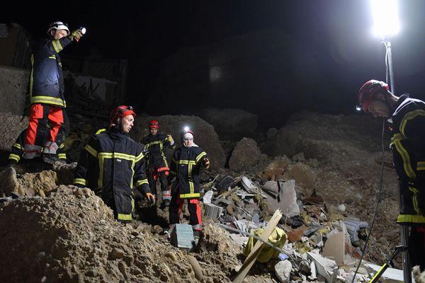 Les secouristes fouillent les décombres à la recherche d'éventuelles victimes, dans le village des Mées (Alpes-de-Haute-Provence)