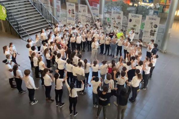Au collège de Biguglia, deux professeures d'EPS ont fait danser les élèves de 6e en hommage à Samuel Paty.