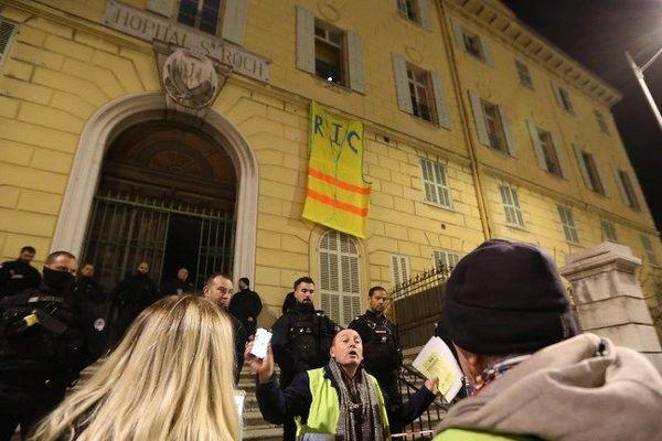 """Les """"gilets jaunes"""" ont déployé jeudi soir un immense gilet jaune sur la façade avec l'inscription RIC, référendum d'initiative citoyenne."""