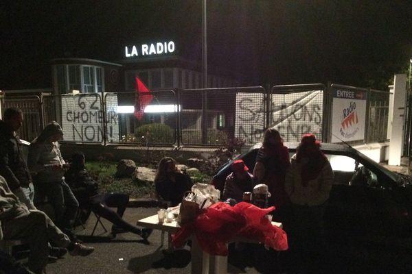 Une trentaine de salariés regroupés depuis 3h du matin pour bloquer l'accès à leur cuisine.