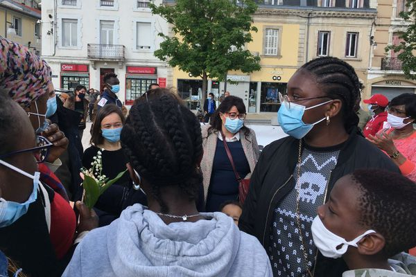 Maria et sa famille lors de la mobilisation contre son expulsion place du marché à Mont-de-Marsan, samedi 1er mai 2021.