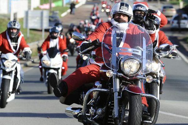 Les Pères Noël à moto, image d'archives