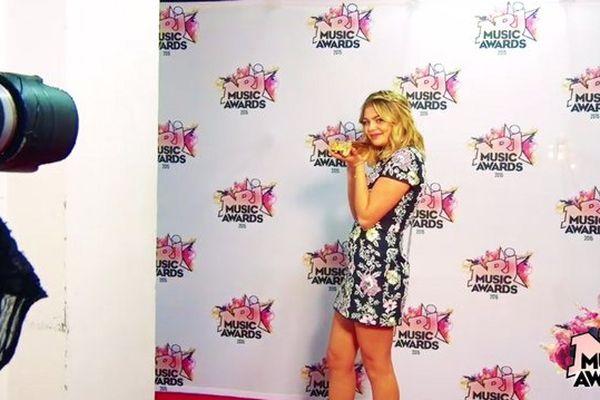 Louane pose avec son NRJ Music Awards.