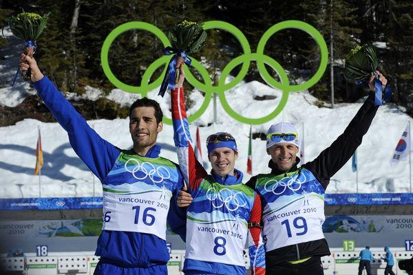 Le podium de la mass-start des J.O. de Vancouver, avec Martin Fourcade (à gauche) et le Russe Evegueny Ustyugov (au centre) déchu de sa médaille d'or.