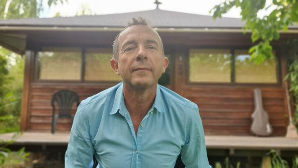 """""""Je vis dans mon petit village natal, dans ma maison balinaise, tout en tek, sur pilotis. Un truc incroyable qui n'existe pas beaucoup, à mon avis dans la région"""", reconnaît Christophe."""