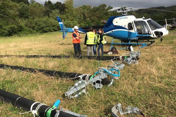 Pour changer deux kilomètres de ligne moyenne-tension, Enedis, l'entreprise publique qui gère les réseaux électriques, a utilisé un hélicoptère.