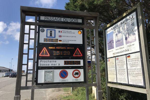 Un panneau d'information avant l'entrée du passage du Gois