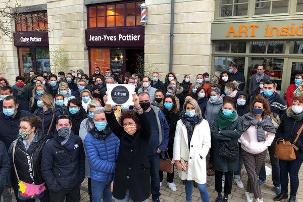 """""""C'est nous qui travaillons et qui créons les richesses"""" clament les commerçants mobilisés devant la boutique de l'organisatrice de la manifestation"""