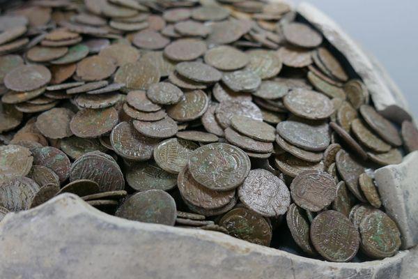 Les pièces en alliage de bronze et d'argent étaient entassées dans un pot enfoui sous un mètre de terre à Saint-Germain de Varreville depuis plus de 1700 ans.