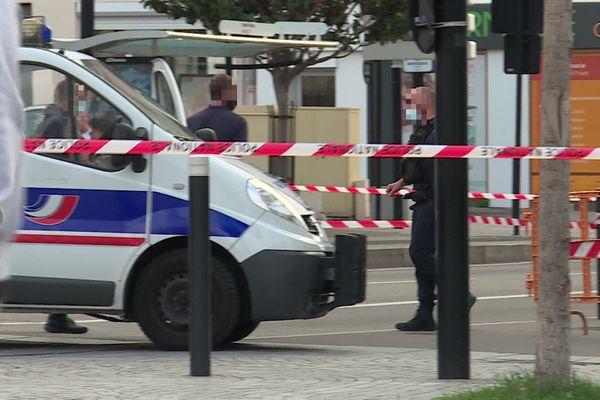 Le Havre le 9 septembre 2020 à 8h : dispositif de police près du Rond-Point  rue Aristide Briand après la découverte d'un homicide en face de l'immeuble  incendié fin août.