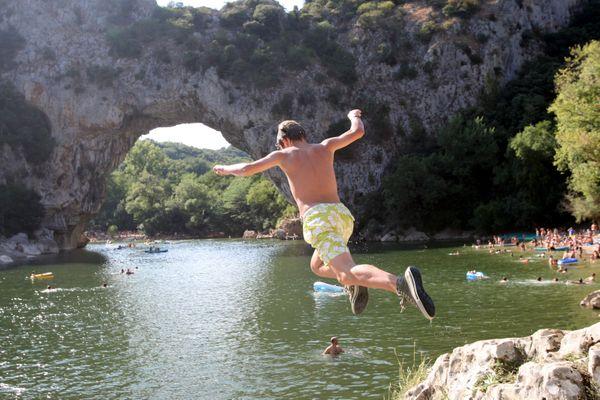 A Vallon Pont d Arc (Ardèche ), les baigneurs s'en donnent à coeur joie chaque été.