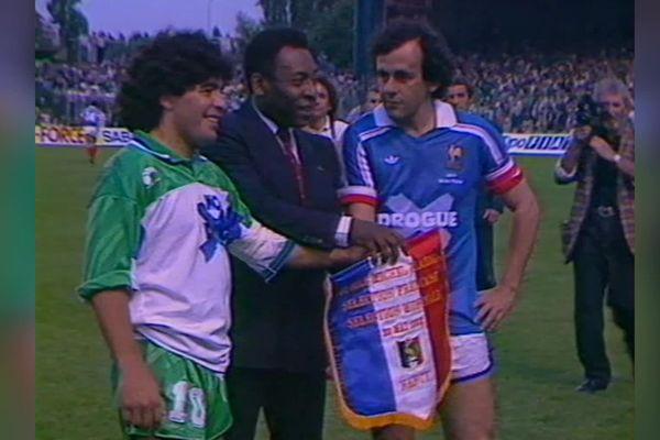 Maradona, Pelé et Michel Platini, sur la pelouse de Marcel-Picot à Nancy, le 24 mai 1988, pour le jubilé de Michel Platini.