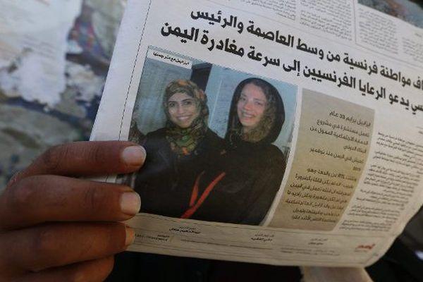 Un Yéménite lit un journal évoquant l'enlèvement de la Française Isabelle Prime à Sanaa, le 25 février 2015.