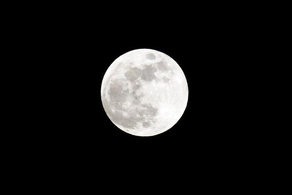 La lune est pleine lorsqu'elle se retrouve à l'opposé du Soleil par rapport à la Terre.