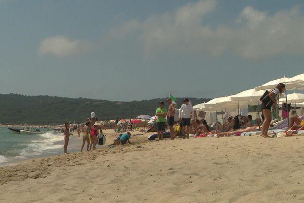 A Ramatuelle, la plage de Pampelonne subit les survols des hélicoptères. Elle est pourtant entourée de nature.