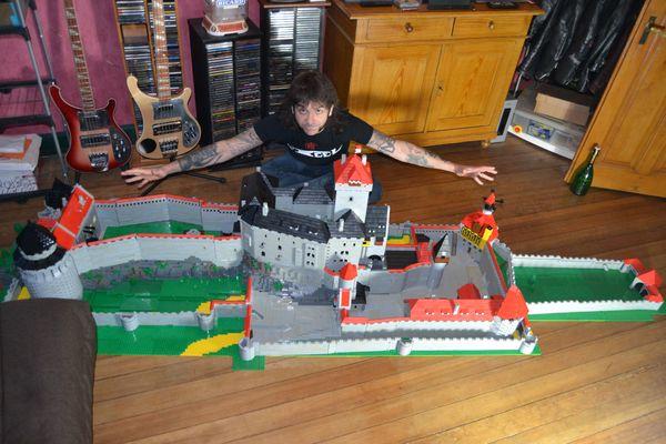 Le bébé de Georges fait 3 mètres de long et a nécessité 20.000 Legos.