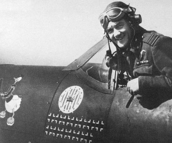 Jan Zumbach et son tableau de chasse inscrit sur les flancs de son Spitfire du 303 Squadron, en 1942.
