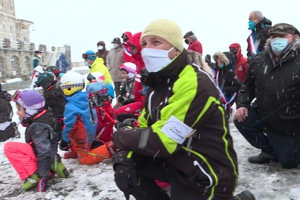 Des professionnels de la montagne à Superbagnères samedi 30 janvier, un genou à terre pour demander la réouverture des stations de ski