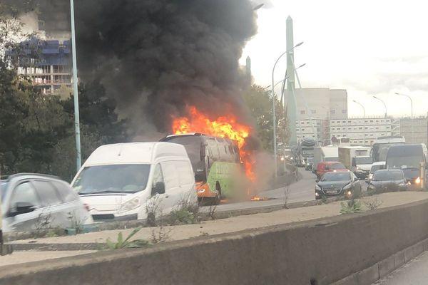 Un bus de la compagnie Flixbus a pris feu sur le périphérique ce jeudi 14 novembre.