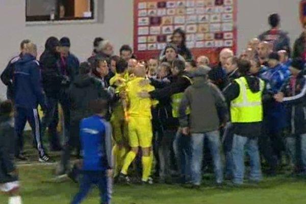 Ajaccio, le 1 er mars 2013: sortie tendue pour les arbitres à l'issue du match de Ligue 2 GFCA - Monaco