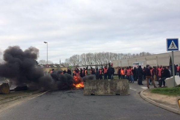 Les dockers bloquent l'accès au port de Nantes