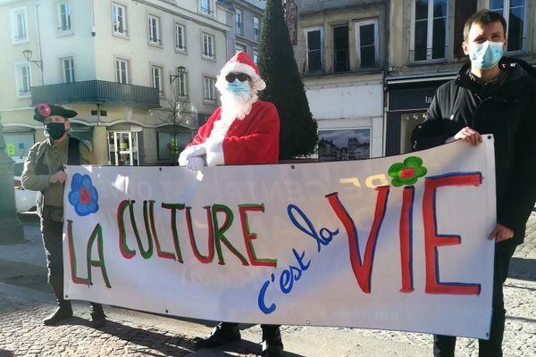 """Une banderole """"la culture c'est la vie"""" déployée et portée dans les rues d'Epinal ce dimanche 21 février 2021 par les professionnels du spectacle"""