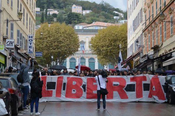 Partis du Palais de justice de Bastia, la foule descend le boulevard Paoli en direction de la préfecture de la Haute-Corse, le 15 octobre 2016.