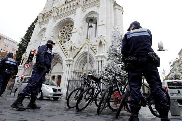 Une église de Nice sous surveillance policière.