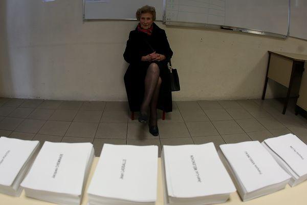 Dans un bureau de vote à Cannes le 23 avril.