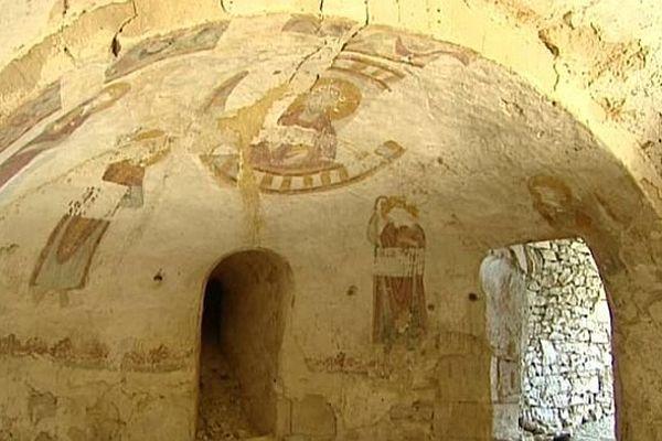 Lirac (Gard) - la fresque de la crypte de l'église date des prémices de l'art roman. Elle a environ 1.000 ans - mai 2014.