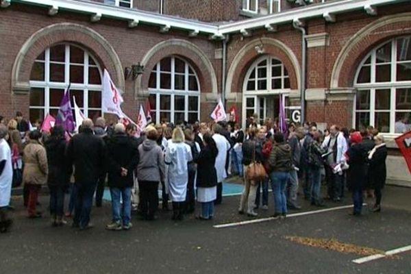 Les salariés de l'hôpital de Roubaix rassemblés ce mardi matin